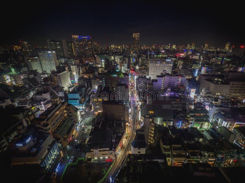 Horizonte de Tokio en la noche con los edificios y las luces imagenes de archivo