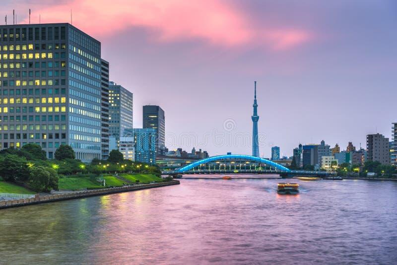 Horizonte de Tokio, Japón en el río de Sumida fotos de archivo libres de regalías