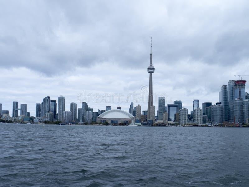 Horizonte de Toronto, Canadá visto del transbordador fotografía de archivo