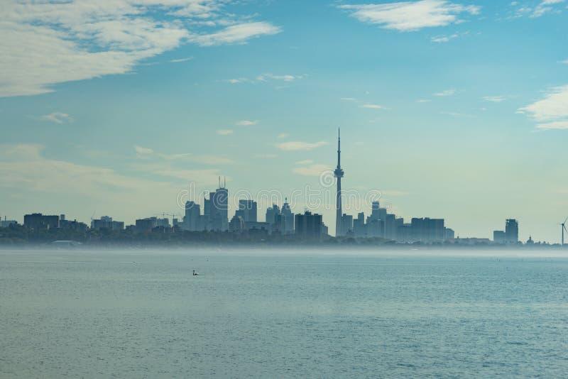 Horizonte de Toronto con la niebla que flota en el mar fotografía de archivo