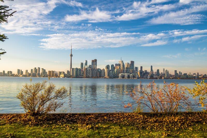 Horizonte de Toronto con la vegetación del otoño - Toronto, Ontario, Canadá imagen de archivo libre de regalías