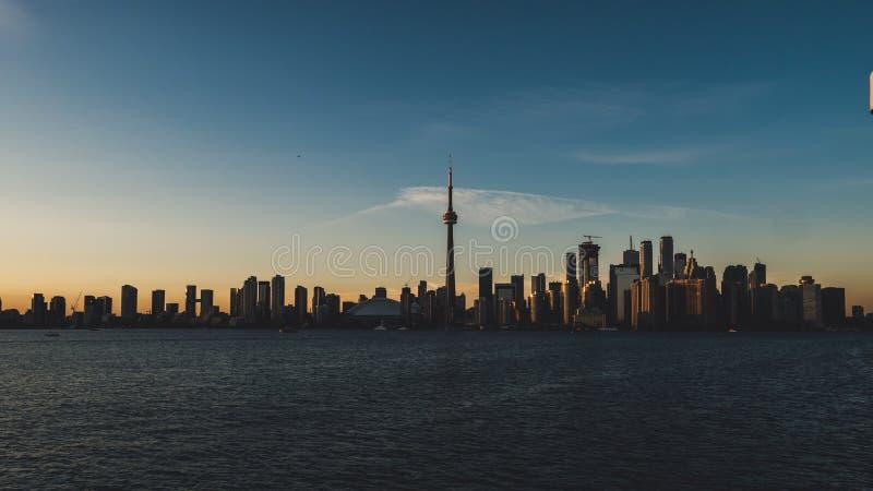 Horizonte de Toronto durante la puesta del sol vista de la isla de Toronto con el lago Ontario en frente fotos de archivo libres de regalías