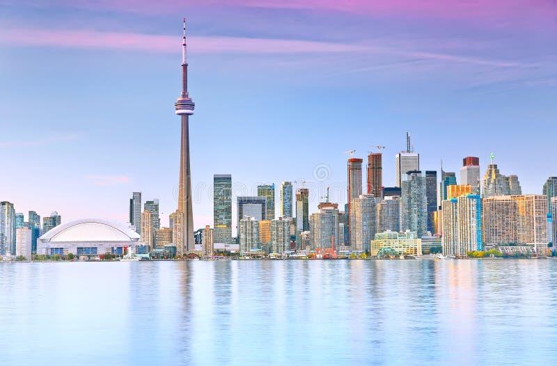 Horizonte de Toronto en la oscuridad foto de archivo libre de regalías