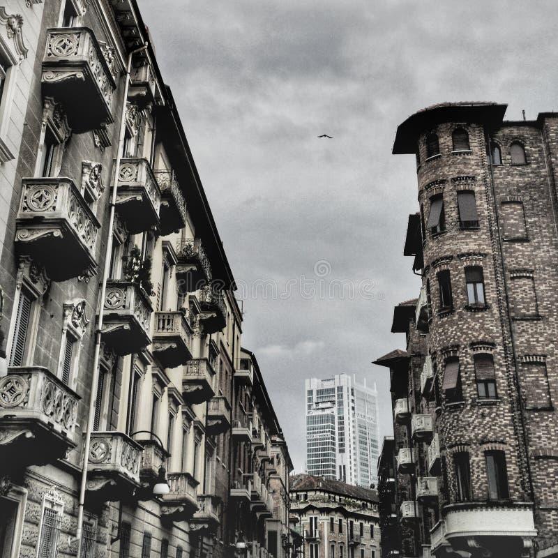 Horizonte de Turín con el edificio antiguo y el nuevo rascacielos foto de archivo