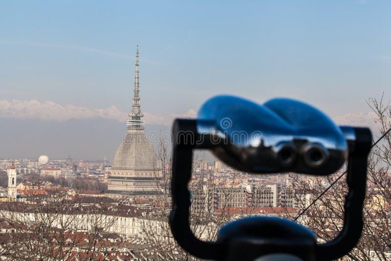 Horizonte de Turín con el topo Antonelliana, las montañas y los prismáticos imagenes de archivo
