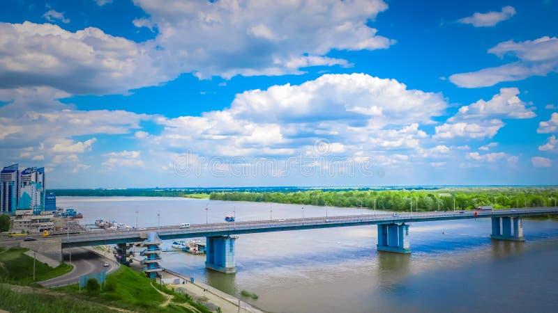 Horizonte de una ciudad siberiana de Barnaul por un río Obi ancho en Rusia fotos de archivo libres de regalías