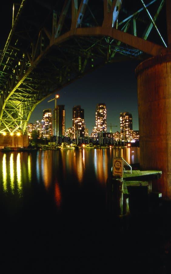 Horizonte de Vancouver de debajo el puente de Granville en la noche fotos de archivo libres de regalías