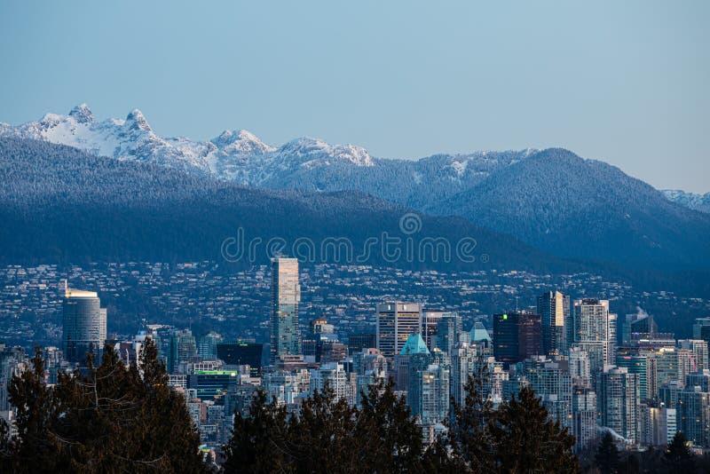 Horizonte de Vancouver en la salida del sol con las montañas en fondo imagen de archivo