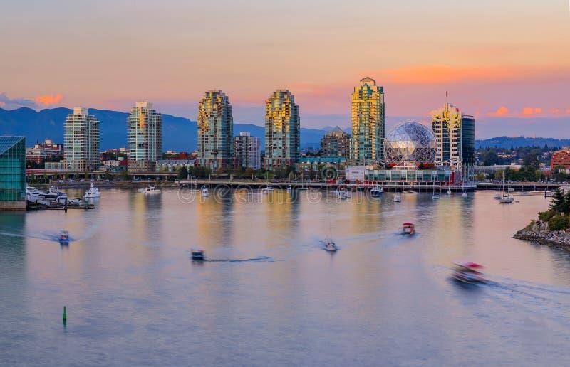 Horizonte de Vancouver sobre False Creek en la puesta del sol con el condominio a fotos de archivo libres de regalías