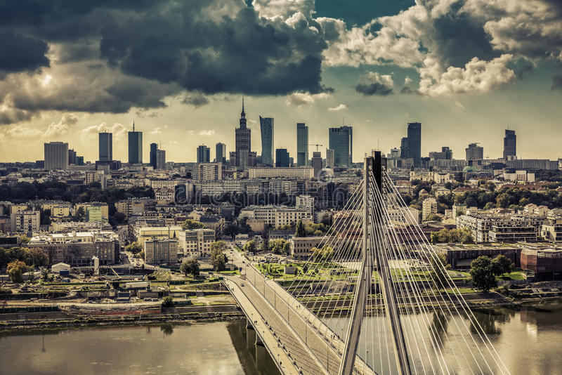 Horizonte de Varsovia detrás de la opinión del vintage del puente imagen de archivo