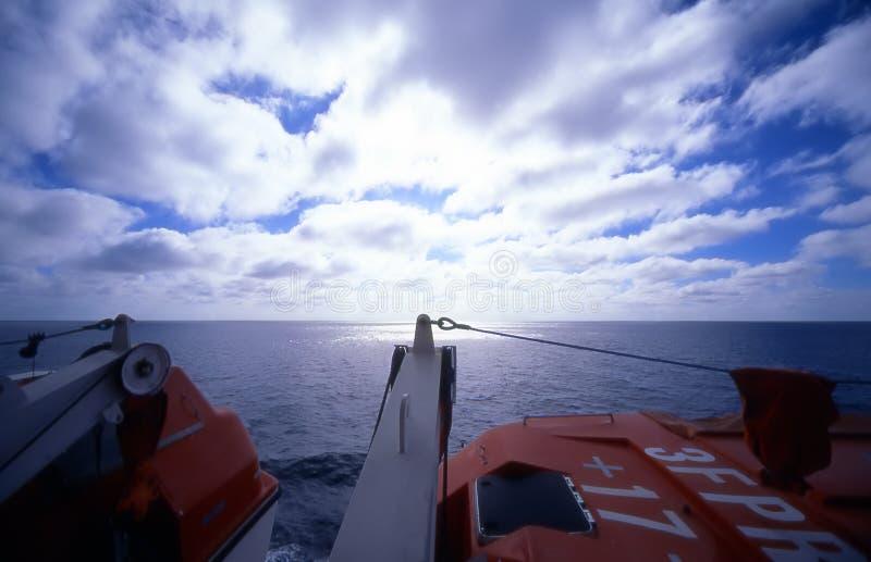 Horizonte del bote salvavidas fotos de archivo libres de regalías