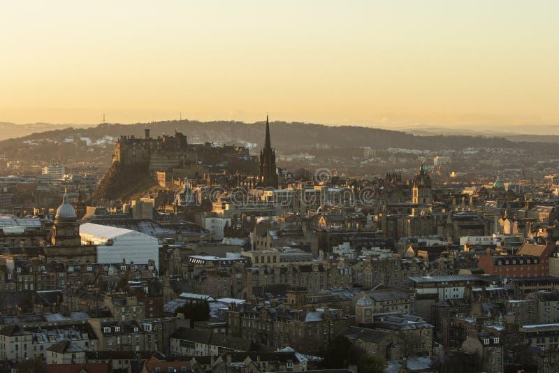 Horizonte del castillo de Edimburgo en la luz de oro vista del ` s Seat de Arturo imagen de archivo