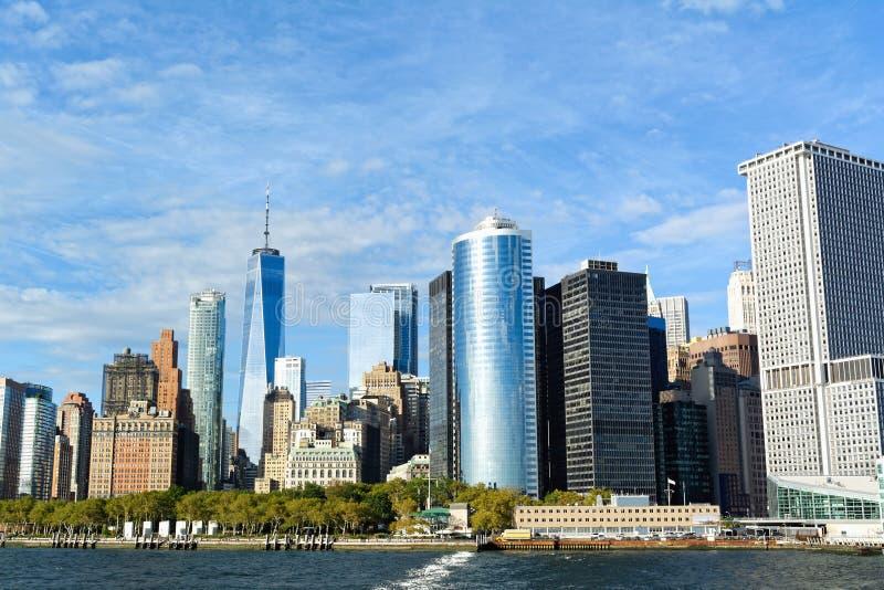 Horizonte del Lower Manhattan en el día soleado - New York City, los E.E.U.U. imagenes de archivo