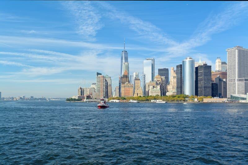 Horizonte del Lower Manhattan en el día soleado - New York City, los E.E.U.U. imagen de archivo