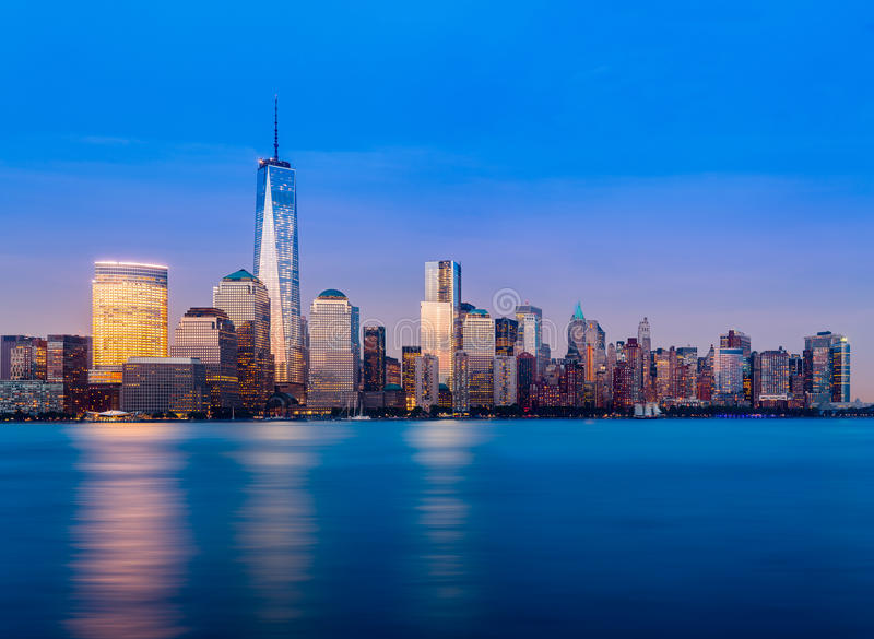 Horizonte del Lower Manhattan en la noche imagen de archivo