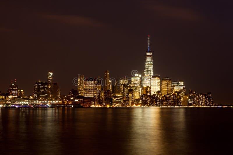 Horizonte del Lower Manhattan en la noche foto de archivo