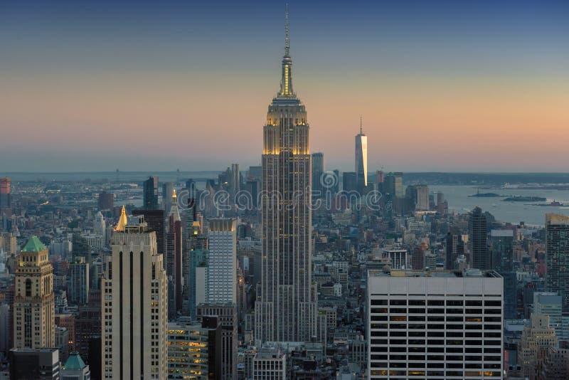 Horizonte del Midtown de Manhattan en la oscuridad sobre Hudson River, New York City imagen de archivo