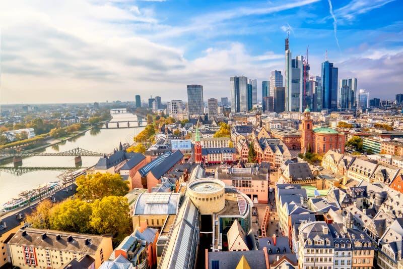 Horizonte del paisaje urbano de la visión panorámica del distrito financiero con los rascacielos en Frankfurt-am-Main Hesse, Alem imagen de archivo libre de regalías
