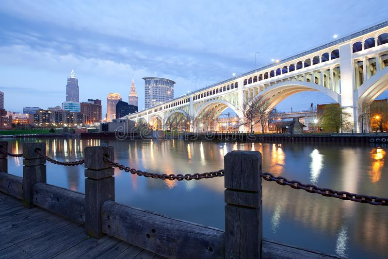 Horizonte del puente céntrico de Cleveland y de Detroit Superios foto de archivo libre de regalías