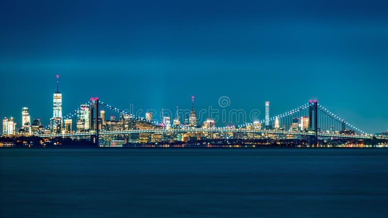 Horizonte del puente y de Manhattan de los estrechos de Verrazano foto de archivo libre de regalías