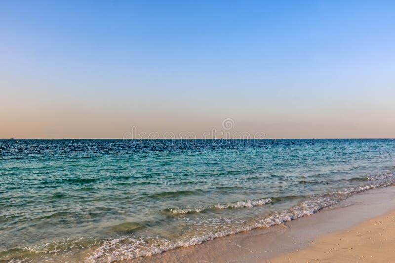 Horizonte do Seascape, ondas de ?gua na praia de Jumeirah sob o c?u nebuloso em Dubai, Emiratos ?rabes Unidos foto de stock royalty free