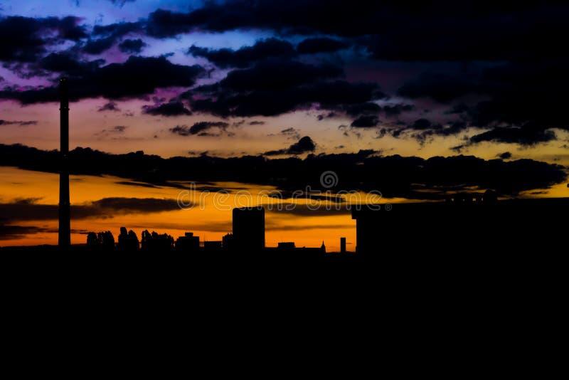 Horizonte dramático urbano, cambiante y oscuro imagen de archivo