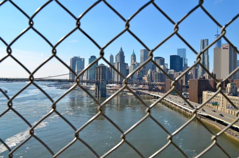 Horizonte en el invierno, NYC del puente y de Manhattan de Brooklyn foto de archivo