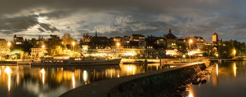 Horizonte en la noche de Murten en Suiza con el puerto y el embarcadero y el barco en el primero plano imágenes de archivo libres de regalías