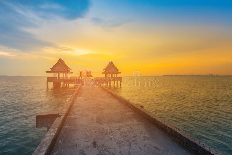 Horizonte hermoso de la puesta del sol con la trayectoria que camina al horizonte del océano imagenes de archivo