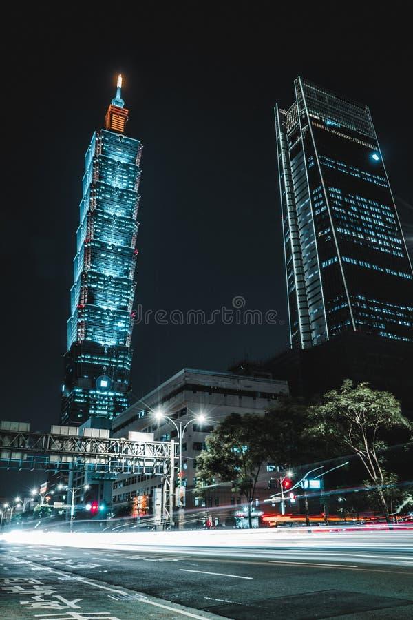 Horizonte hermoso de Taipei en la noche El rascacielos de Taipei 101 ofreció taiwán foto de archivo