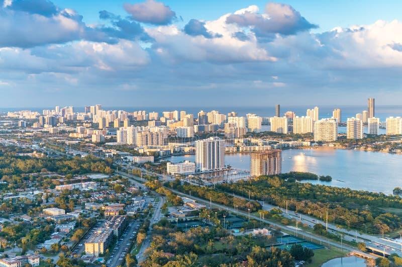 Horizonte maravilloso de Miami en la puesta del sol, visión aérea imagen de archivo libre de regalías