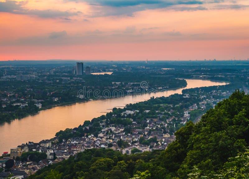 Horizonte nebuloso del verano del río Rhine Königswi que atraviesa fotografía de archivo libre de regalías