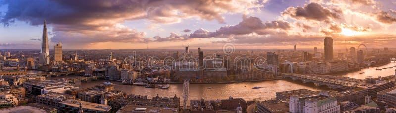 Horizonte panorámico de la parte del sur de Londres con las nubes dramáticas hermosas y la puesta del sol - Reino Unido foto de archivo