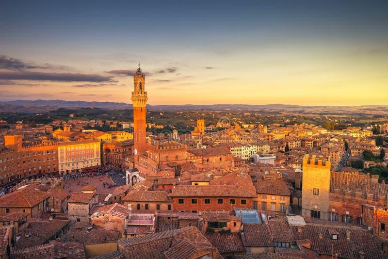 Horizonte panorámico de la puesta del sol de Siena Señal de la torre de Mangia Toscana, foto de archivo libre de regalías