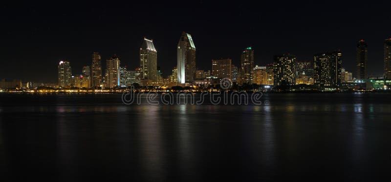 Horizonte panorámico de San Diego, California en la noche fotos de archivo