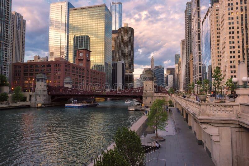 Horizonte, rascacielos y río de Chicago en la puesta del sol foto de archivo libre de regalías