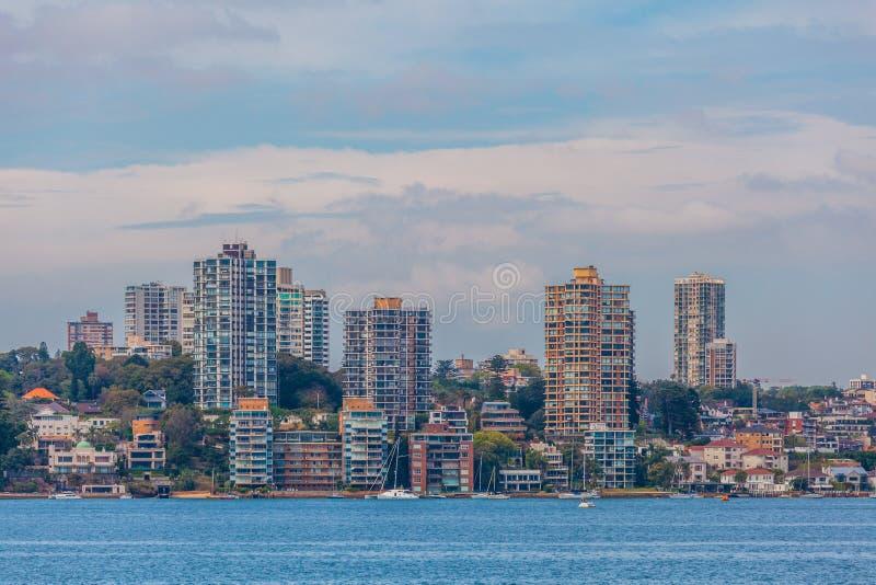 Horizonte residencial de las casas al borde de Sydney Harbour, Australia imagen de archivo