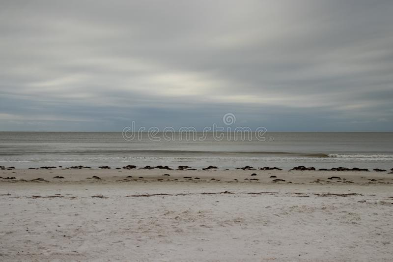Horizonte sobre el Golfo de México con la opinión frente al mar sobre mañana tempestuosa a lo largo del fuerte Myers Beach, FL foto de archivo