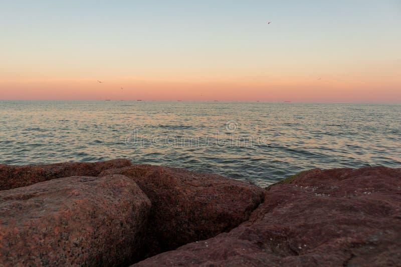 Horizonte sobre el océano en la puesta del sol fotos de archivo libres de regalías