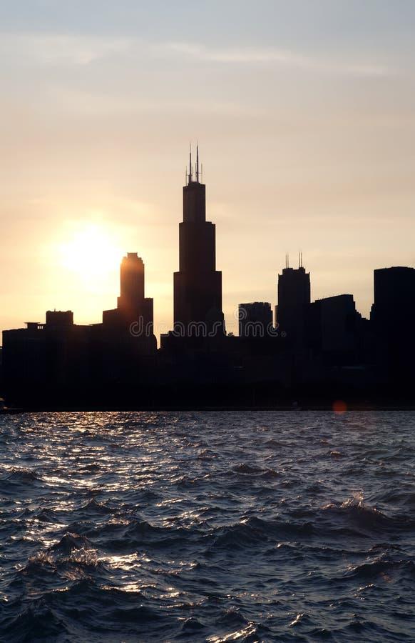 Horizonte urbano céntrico de la ciudad de Chicago en la oscuridad en la puesta del sol fotos de archivo libres de regalías