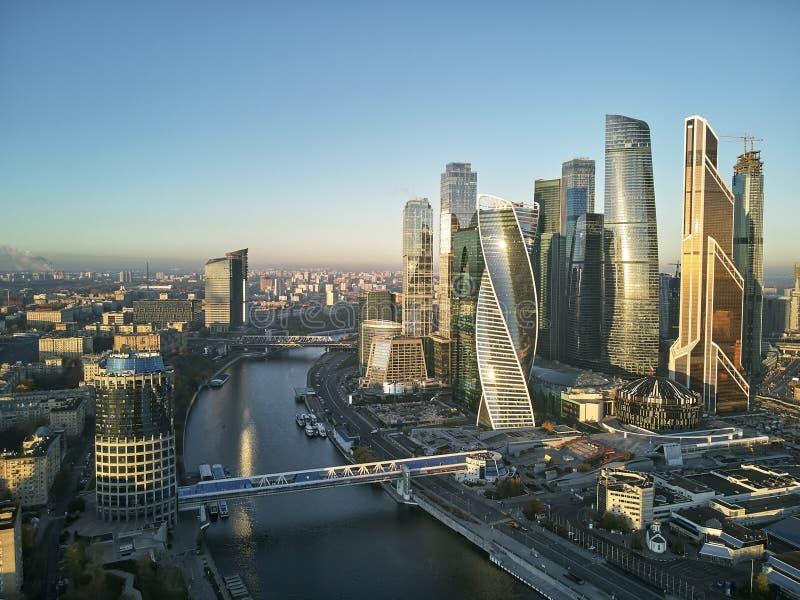 Horizonte urbano internacional del centro de negocios de Moscú y de Moscú después de la puesta del sol Panorama Silueta del hombr foto de archivo