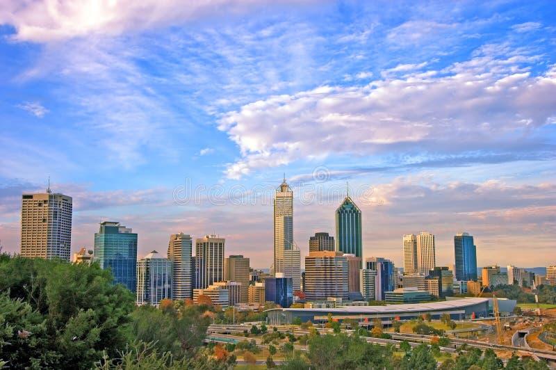 Horizonte y cityline de la ciudad de Perth enmarcados por el arbusto nativo foto de archivo libre de regalías