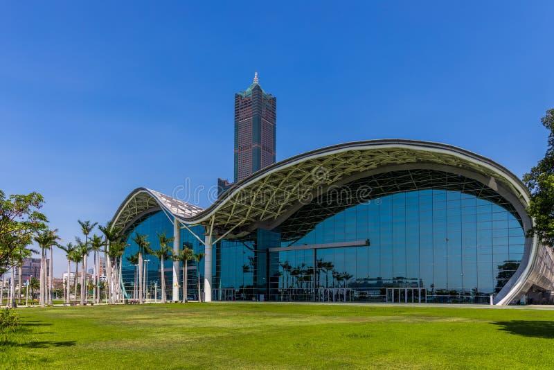 Horizonte y rascacielos de Gaoxiong Taiwán con el fondo del cielo azul, el viaje de negocios y el concepto del turismo con los ed fotos de archivo