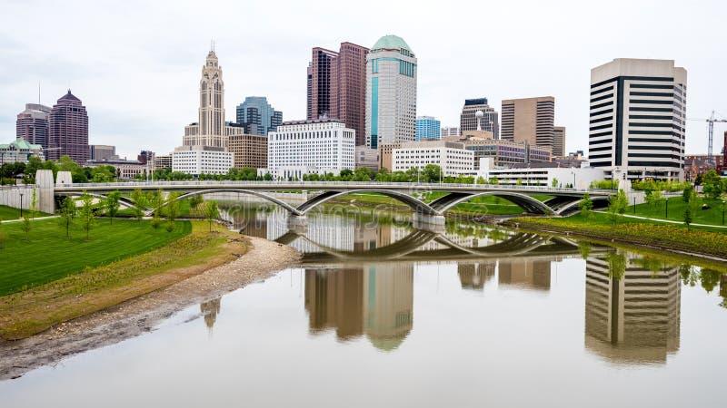 Horizonte y reflexión de Columbus Ohio con el puente imagen de archivo libre de regalías