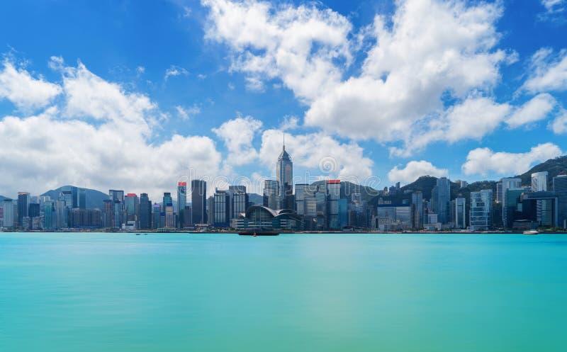 Horizonte y Victoria Harbour de Hong Kong Downtown con el cielo azul f imagen de archivo libre de regalías