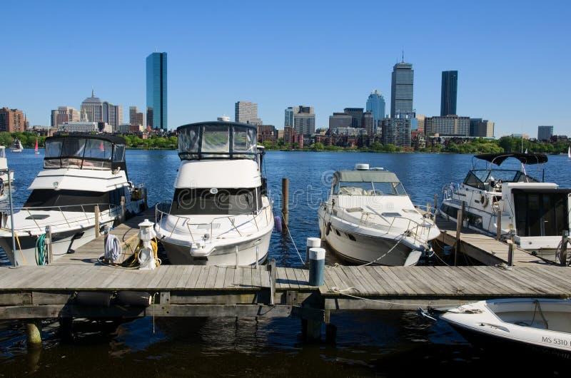 Horizonte y yate de Boston en el río Charles, los E.E.U.U. foto de archivo
