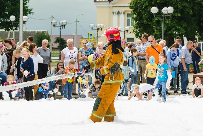 HORKI, БЕЛАРУСЬ - 25-ОЕ ИЮЛЯ 2018: Спасатель пожарного рукава тяг спасения 112 обслуживания на празднике в парке на летний день стоковая фотография rf