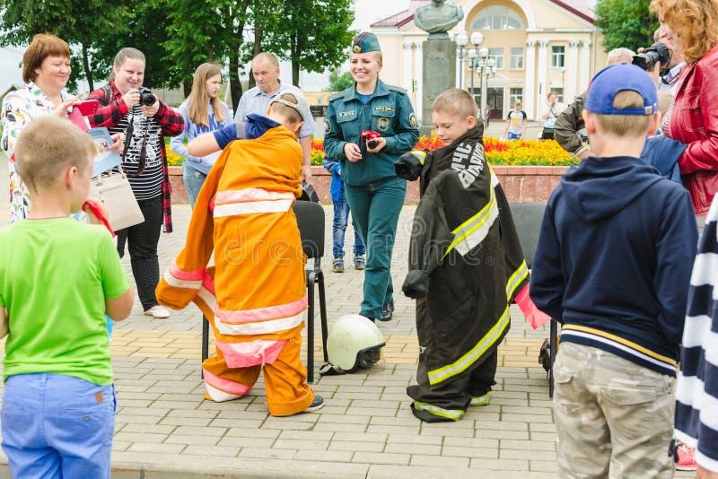 HORKI, WEISSRUSSLAND - 25. JULI 2018: Kinder des unterschiedlichen Alters kleiden die Uniform von Leibwächtern von Service 112 an lizenzfreie stockfotografie