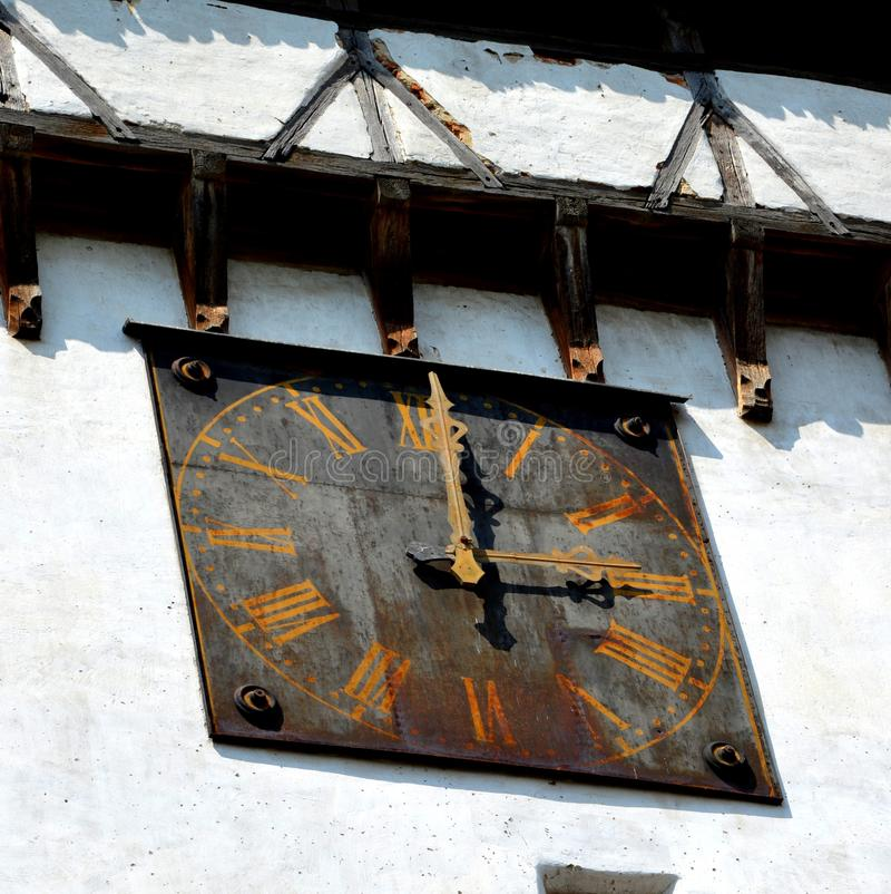 Horloge Église évangélique saxonne médiévale enrichie dans Agnita- Agnetheln, la Transylvanie, Roumanie photos stock
