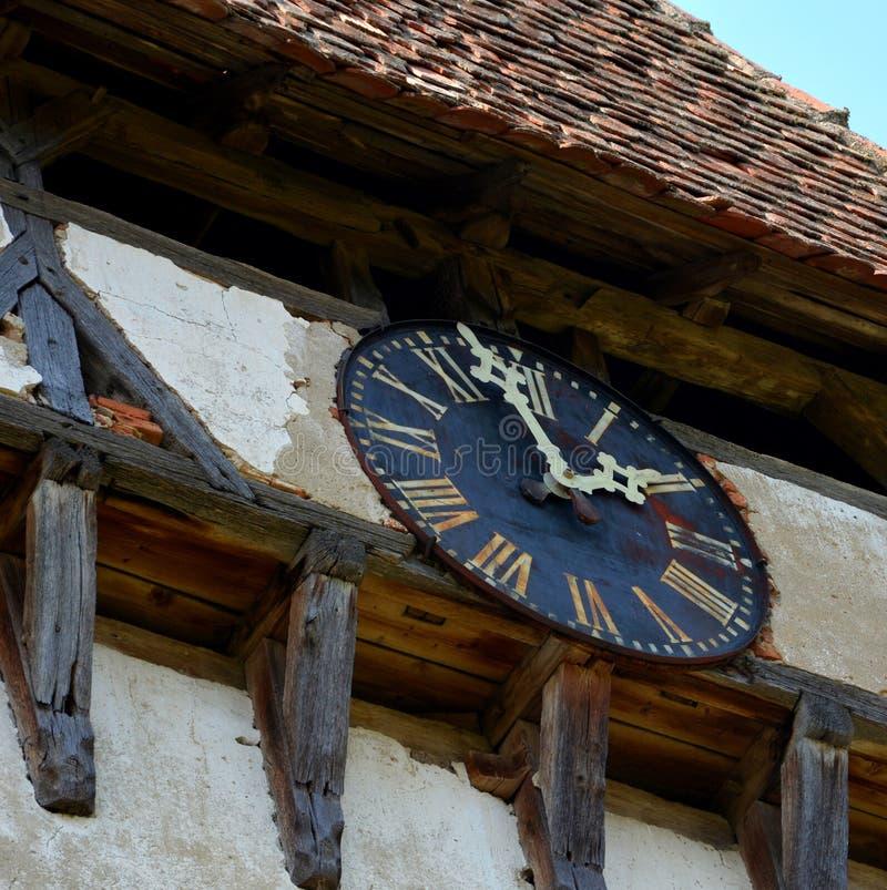 Horloge Église évangélique saxonne médiévale enrichie dans Veseud, Zied, Transilvania, Roumanie photographie stock